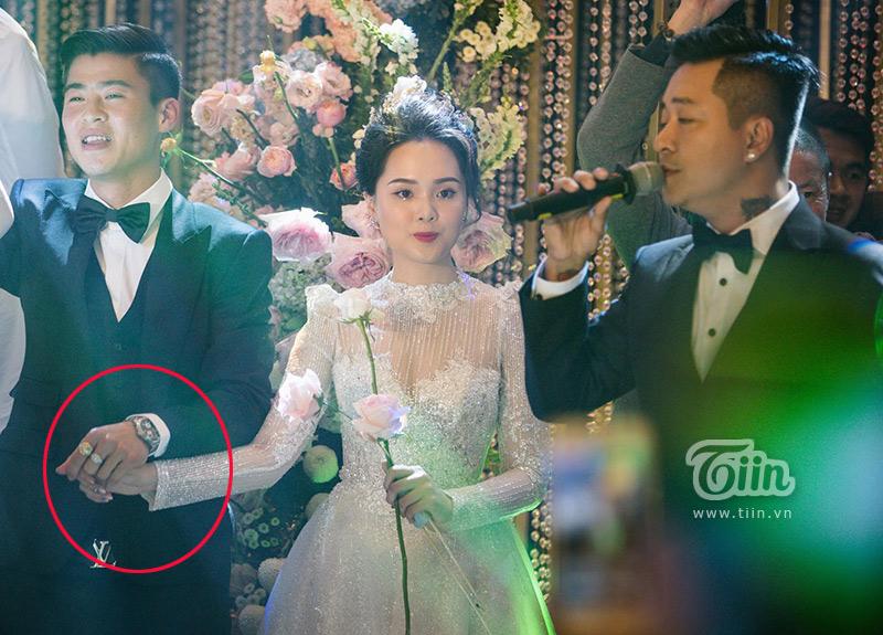 Chắc hẳn, cô dâu Quỳnh Anh khi nhìn lại những bức ảnh này sẽ rất hạnh phúc, bởi người đàn ông cô chọn rất quan tâm và luôn muốn chở che cho cô.