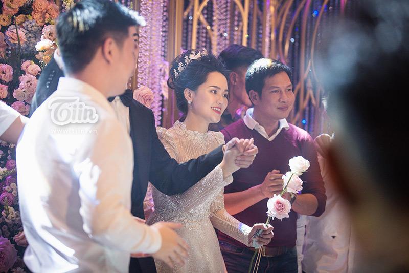 Không phải bằng lời nói, Duy Mạnh tinh tế để ý đến Quỳnh Anh từng phút, và luôn nắm chặt tay cô thế này...