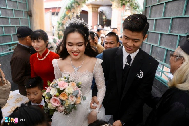 Duy Mạnh nâng váy cho Quỳnh Anh, nắm chặt tay và luôn để ý đến vợ của mình