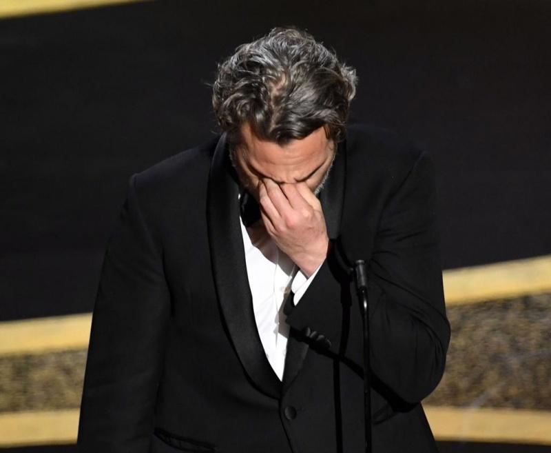 Joaquin Phoenix xúc động trong giây phút đoạt giải.