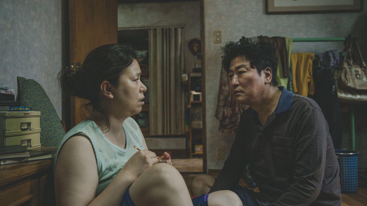 Ông bà quản gia trong 'Ký sinh trùng' đổi đời thành đại gia Bắc Hàn trong Crash Landing On You: mẹ và cậu đi nhận giải Oscar thế này chắc Seo Dan tự hào lắm! 1