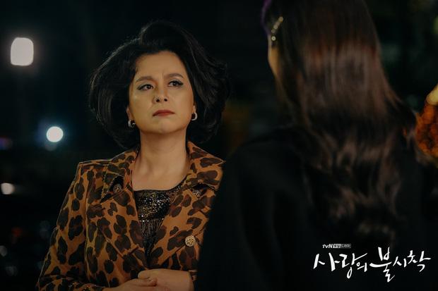 Ông bà quản gia trong 'Ký sinh trùng' đổi đời thành đại gia Bắc Hàn trong Crash Landing On You: mẹ và cậu đi nhận giải Oscar thế này chắc Seo Dan tự hào lắm! 3