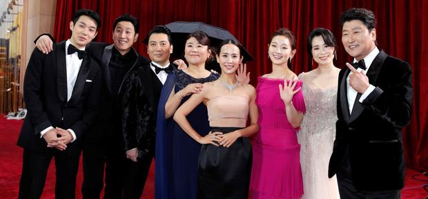 Ông bà quản gia trong 'Ký sinh trùng' đổi đời thành đại gia Bắc Hàn trong Crash Landing On You: mẹ và cậu đi nhận giải Oscar thế này chắc Seo Dan tự hào lắm! 8