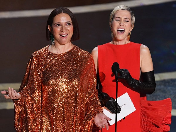Maya Rudolph và Kristen Wiig đã hát trên sân khấu để giới thiệu đề của Phục trang xuất sắc nhất.