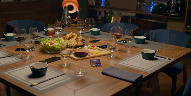 Tất cả điện thoại của các thành viên đều phải để trên mặt bàn và công khai các tin nhắn cũng như cuộc gọi đến