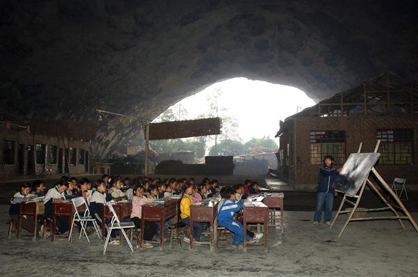 Trường học nằm trong hang ở làng Miêu,tỉnh Quý Châu, Trung Quốc