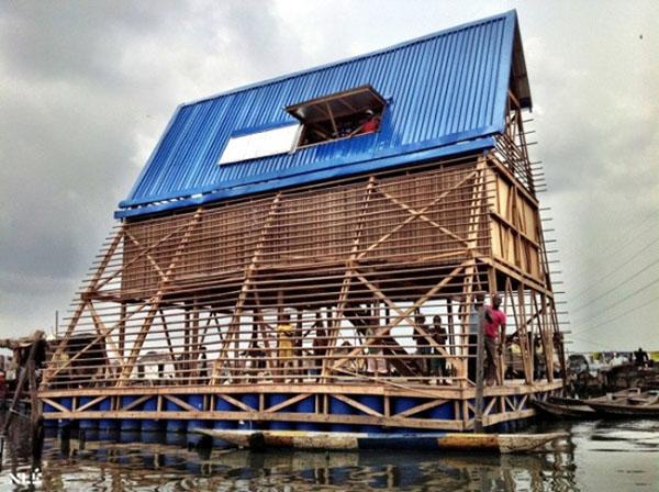 Trường nổi Makoko, khu ổ chuột Makoko, Lagos, Nigeria để thích ứng với cảnh ngập lụt do triều cường.