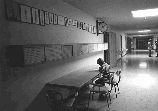 Học sinh làm bài tập trong trường.