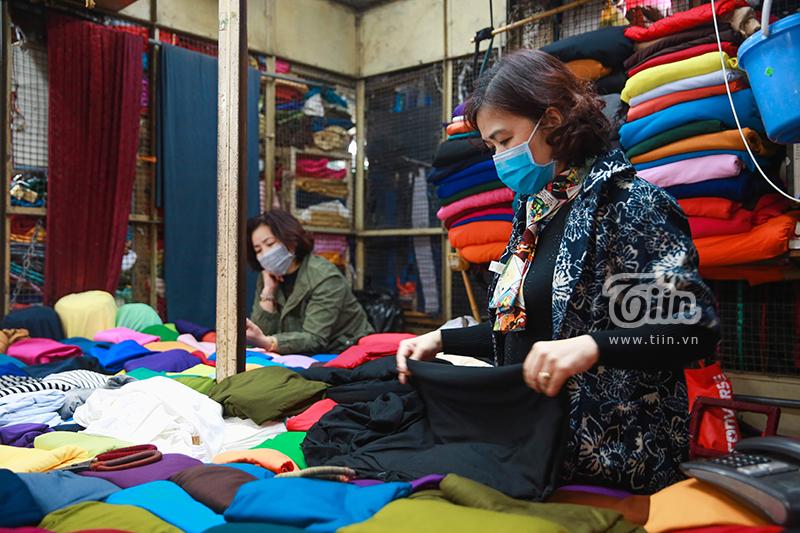 Tại chợ, hầu hếttiểu thương đều đeo khẩu trang vì ý thức được sự lây nhiễm của dịch bệnh