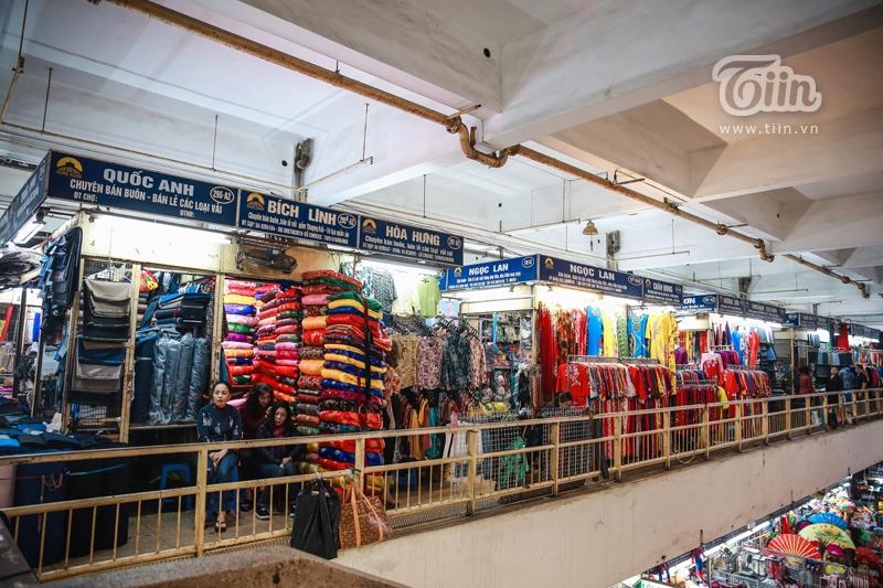 Khu vực bán buôn, bán lẻ quần áo cho người lớn và các loại vải vóc, gấm, lụa....