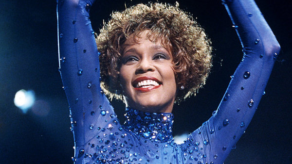 Cố nghệ sĩ Whitney Houston là nữ diva đại tài của nền âm nhạc thế giới với chất giọng cao vút, trong trẻo. Vào năm 1991, khi đang ở đỉnh cao sự nghiệp, Whitney Houston bắt đầu hẹn hò nghệ sĩ Bobby Brown. Cả hai đã kết hôn vào năm 1992 và có với nhau cô con gái đầu lòng. Cuộc hôn nhân của Whitney và Bobby không mấy yên bình vì nam nghệ sĩ ngoại tình, đánh đập và nghiện ngập. Sự nghiệp của Whitney Houston cũng vì thế mà nhanh chóng tuột dốc. Nữ diva đã có thời gian dài đấu tranh với ma túy, mà nguyên nhân chủ yếu là bị chồng lôi kéo. Sự ra đi của Whitney Houston năm 2012 đã để lại nỗi tiếc nuối lớn cho làng nhạc.