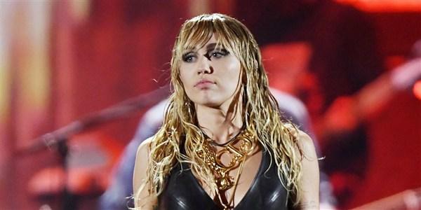 Miley Cyrus được gắn cho cái mác 'thiếu nghị lực' vì mối tình dai dẳng với Liam Hemsworth. Mặc dù là cô gái sở hữu cá tính nổi loạn trong âm nhạc, nhưng mỗi lần Miley ở bên anh chồng cũ Liam, cô lại trở nên dịu dàng đến lạ. Đã từng có 2 lần đính hôn và 1 lần tổ chức đám cưới với Liam Hemsworth, tuy vậy, Miley Cyrus đành nói lời chia tay khiến cả thế giới mất niềm tin vào tình yêu. Cô gái ấy ngày càng trở nên mất kiểm soát khi liên tục trải qua các mối tình chóng vánh với Kaitlynn Carter, Cody Simpson.