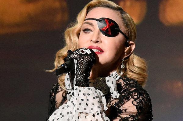 Madonna được thế giới biết đến với danh hiệu 'Bà hoàng nhạc Pop'. Suốt cuộc đời mình, bà đã cống hiến cho làng nghệ thuật cả một kho tàng âm nhạc đồ sộ với 14 album phòng thu. Dù có cá tính nổi loạn nhưng trong chuyện yêu đương và hôn nhân, Madonna lại là người khá lụy tình. Người chồng cũ của cô Sean Penn đã bị phát hiện hành hung Madonna nhiều lần trong khoảng thời gian 1985 - 1989. Dù gặp nhiều đau khổ trong quá khứ, nhưng Madonna luôn tránh đề cập đến chuyện này trước báo giới. Tiếp theo, trải qua 8 năm chung sống với người chồng thứ 2 là đạo diễn Guy Ritchie, Madonna cũng đã ly hôn và sống độc thân cùng 6 người con (trong đó có 2 con ruột và 4 con nuôi).