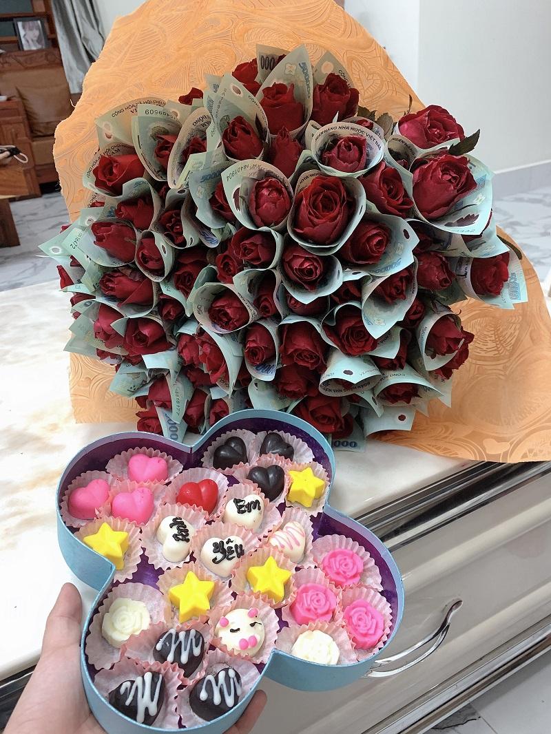 Cũng là hoa và socola nhưng bó hoa của Ngọc Huyền lại 'nặng' hơn rất nhiều