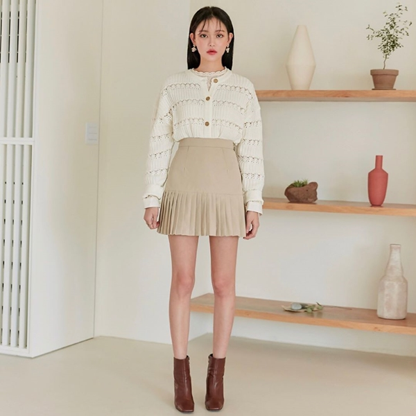 Bên cạnh tác dụngche giấu khéo léo vòng bụng lớnthì chân váy cạp cao còn tôn lên nét nữ tính, đầy duyên dáng cho người mặc. Những thiết kế như váy chữ A, váy bút chì, mullet...cạp cao đều rất phù hợp để bạn thoải mái lựa chọn.