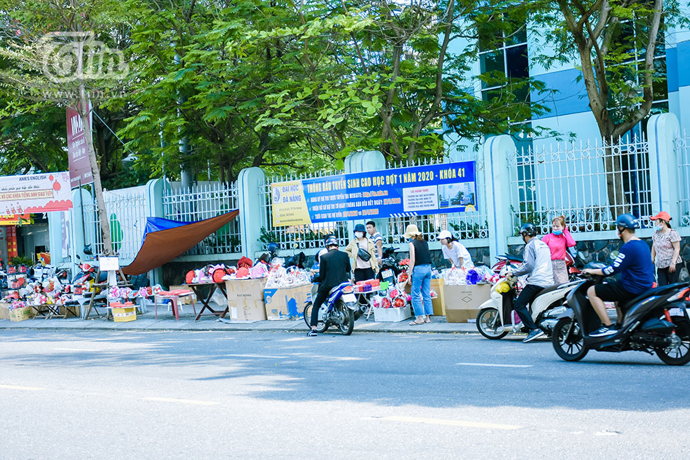 Thị trường ảm đạm trong ngày Valentine ở Đà Nẵng năm nay khiến không ít hàng hoa, quà tặng lo lắng. Các năm trước, đây là dịp kinh doanh hiệu quả và đắt khách nhất, bên cạnh các ngày lễ lớn như 8/3, 20/10, 20/11...