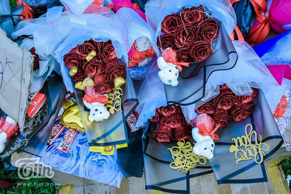 Các mặt hàng bày bán trong ngày Valentine khá đa dạng, giá cả hợp lý dù có tăng hơn ngày thường một chút, nhứng bó hoa được gói sắn có giá dao động từ 50-300k tùy chất lượng và yêu cầu của khách hàng.