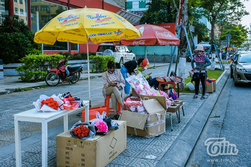 Không có một bóng khách, chủ hàng Valentine ở Đà Nẵng sợ 'lễ 08/03 lặp lại cảnh tương tự' 9