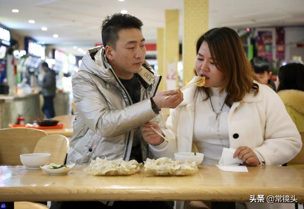 Phong biết bạn gái di chuyển không tiện nên anh thường duy trì khoảng cách gầnđể khiến cô không cảm thấy mệt