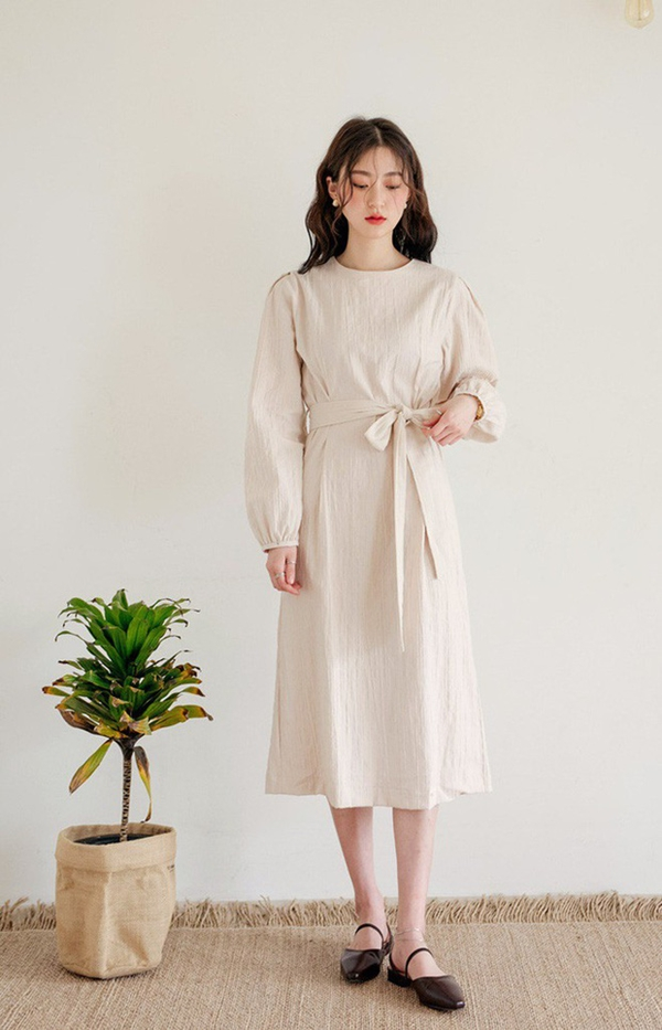 Ngoài ra, những chiếc váy thắteo còn giúp các cô nàng có được phong cách điệu đà, nữ tính,nhất là với những mẫu váy mang gam màu trung tính, nhã nhặn hay gam pastel ngọt ngào.