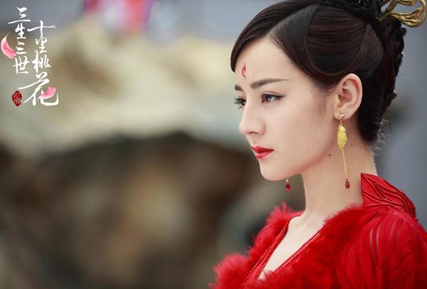 Vẻ đẹp của 'mỹ nữ Tân Cương' Địch Lệ Nhiệt Ba giúp cô nàng dù cho có khoác lên mình bộ trang phục nào cũng phù hợp. Đặc biệt là bộ trang phục màu đỏ càng giúp Địch Lệ Nhiệt Ba trở nên nổi bật.