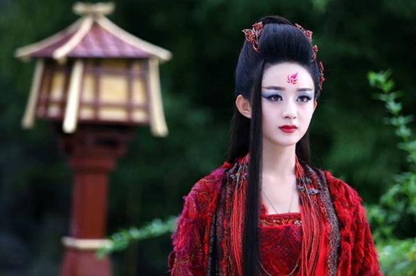 Trong phim, Triệu Lệ Dĩnh không ít lần khoác lên mình trang phục màu đỏ. Mỗi lần cô nàng mặc y phục đỏ đều tạo cho người xem những cảm giác khác nhau. Hình ảnh Triệu Lệ Dĩnh với trang phục đỏ trong Hoa Thiên Cốt tạo nên nhân vật rất độc ác, tàn nhẫn.