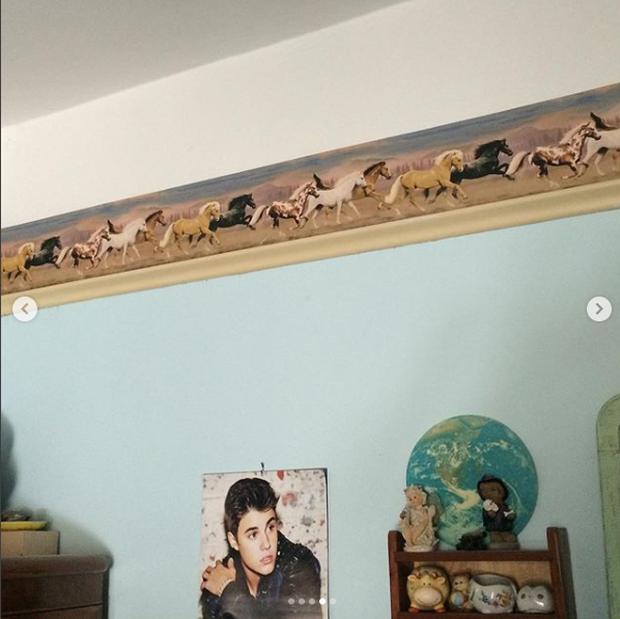 Căn phòng dán đầy ảnh Justin Bieber của Billie Eilish.