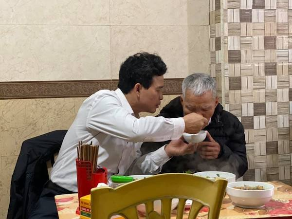 Xúc động hình ảnh con trai U50 ân cần chăm sóc cha: Hóa ra hạnh phúc là khi được báo ơn cha mẹ 1