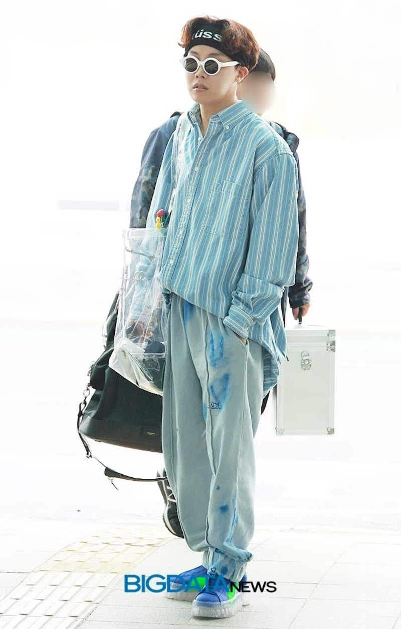 Một lần khác, J-Hope cũng xuất hiện khá thoải mái trong bộ trang phục theo style hiphop với tông xanh dương chủ đạo.