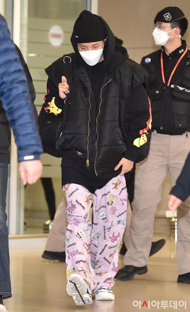 Chẳng hạn như lần xuất hiện ở sân bay gần đây, J-Hope đã diện một cây đen với mũ len, áo Bomber cá tính nhấn cùng chiếc quần hồng siêu yêu và một đôi giày màu trắng.