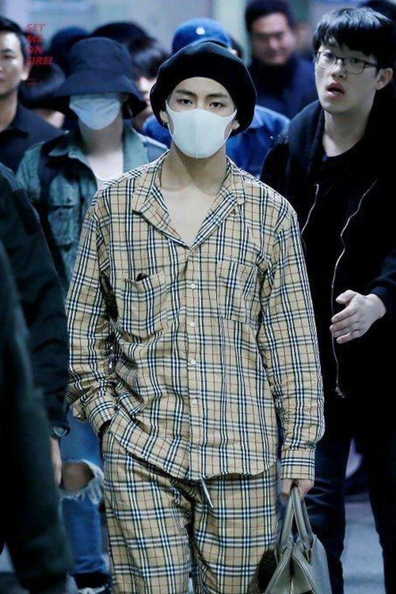 Không chỉ diện một chiếc quần ngủ như J-Hope, V còn chơi hẳn cả bộ ra sân bay. Bộ đồ ngủ này chỉ tính riêng áo là đã 325 USD, còn quần thì 463 USD. Tất cả đều của hãng Burberry nổi tiếng.