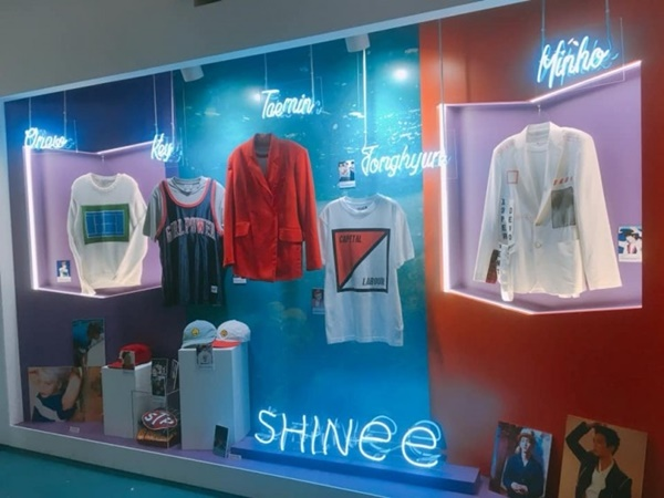 Một góc triển lãm trang phục của nhóm nhạc Shinee trong trụ sở SM Entertainment.
