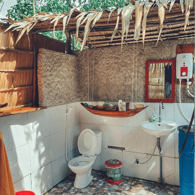 Nhà tắm với nhà vệ sinh 'trần trụi' với thiên nhiên.