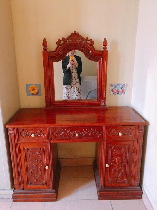 Rao bán bàn trang điểm bằng gỗ xịn, chàng trai bị 'ném đá' vì chi tiết 'rùng rợn' trên chiếc gương 0