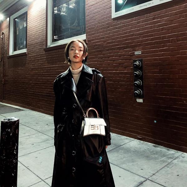 Châu Bùi cũng không hề kém cạnh với bộ cánh cá tính, cool ngầu. Nàng hot girl diện áo cổ lọ cùng áo khoác da, không quên nhấn nhá thêm chiếc túi hiệu Balenciaga.