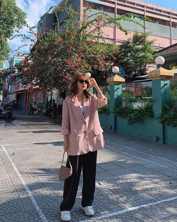 Không váy vóc bánh bèo điệu đà, Trương Hoàng Mai Anh F5 hình ảnh với phong cách cá tính đậm chất menswear. Cô nàng phối quần ống rộng cùng blazer màu pastel, kèm phụ kiện sneaker và túi xách.