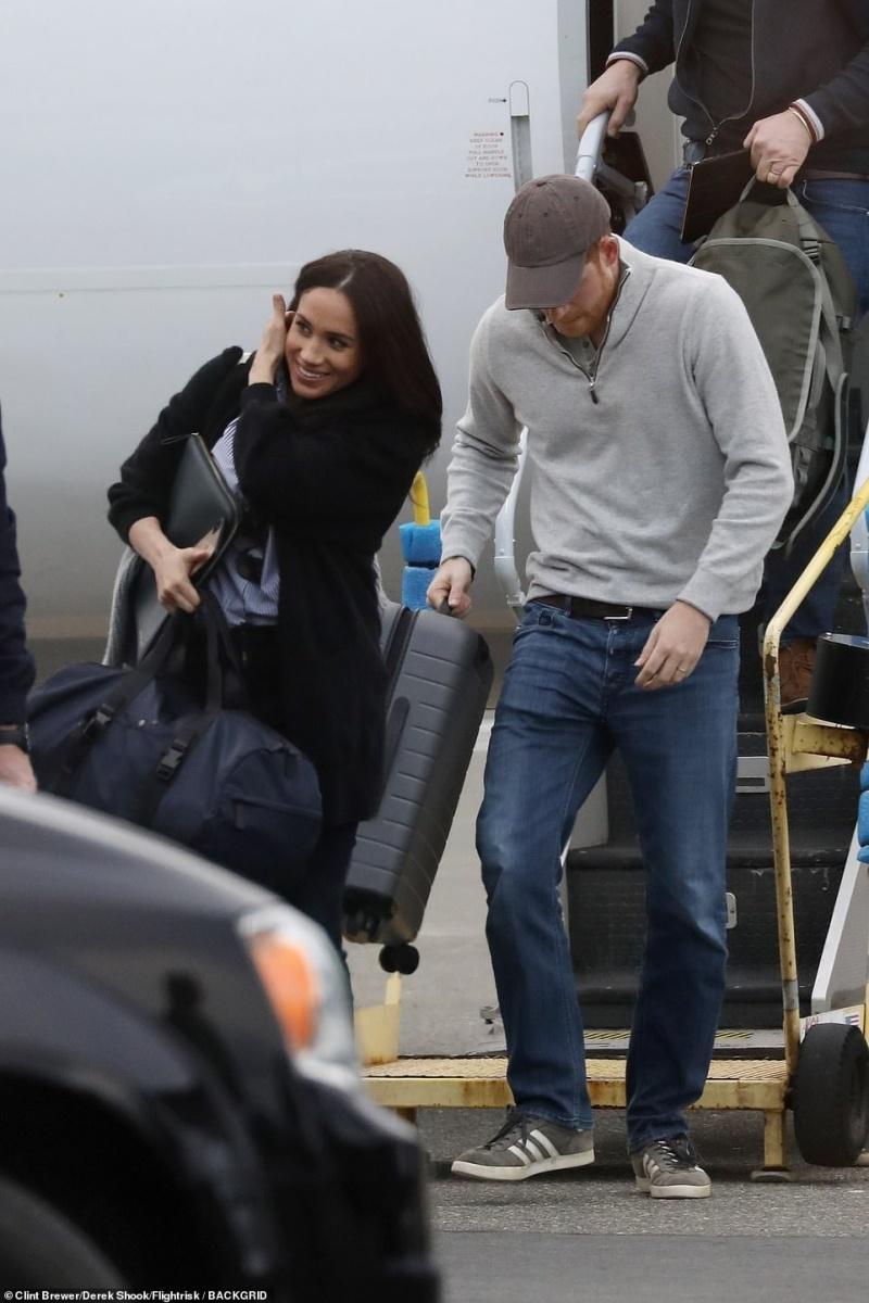 Hoàng tử Harry và Meghan Markle được bắt gặp xuống một máy bay thương mại ở Canada hôm thứ 6. Meghan đã được cộng thêm điểm 'thân thiện với môi trường' khi đi đôi giày làm từ những chai nhựa và túi có thể tái chế. Đây là lần đầu tiên cặp đôi chụp ảnh cùng nhau sau khi rời khỏi Hoàng gia.