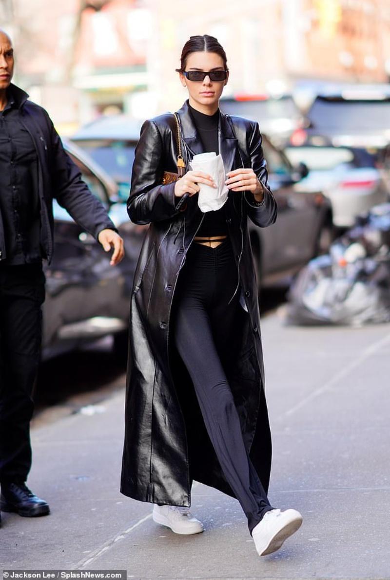 Kendall Jenner lại một nữa thu hút sự chú ý khi cô xuất hiện ở New York hôm thứ 7. Cô mặc một chiếc áo choàng da bóng dài màu đen bắt mắt của Matrix và quần xanh mềm mại ôm sát tôn lên dáng người săn chắc. Chiếc ví kẹp vai Lous Louis Vuitton khiến cho tổng thể không bị cứng nhắc mà thêm phần sang trọng và thanh lịch.