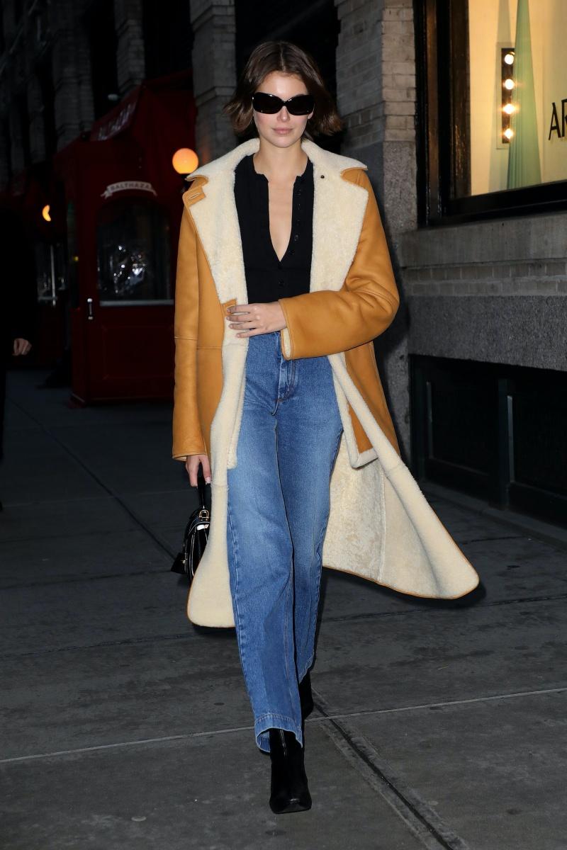 Người mẫu, diễn viên Kaia Gerber, con gái của Cindy Crawford như một fashionista thứ thiệt. Cô mặc áo xẻ ngực sâu với áo khoác lót lông cừu màu camel và quần jeans ống rộng khi tham dự các show diễn của Tuần lễ thời trang New York.