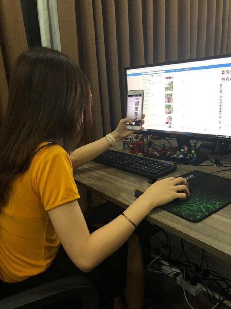 Cô gái ngồi mò được mật khẩu facebook của người yêu và chụp lại bằng chứng