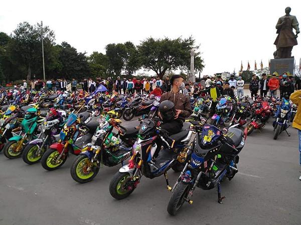Nhiều học sinh tụ tập ở Quảng trường Mùng 3 tháng 2 ở Nam Định để 'off' team xe điện.