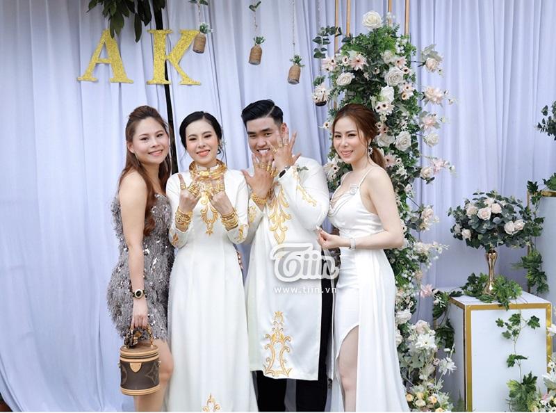 Cô chị Ánh Ngọc bên vợ chồng em trong ngày cưới