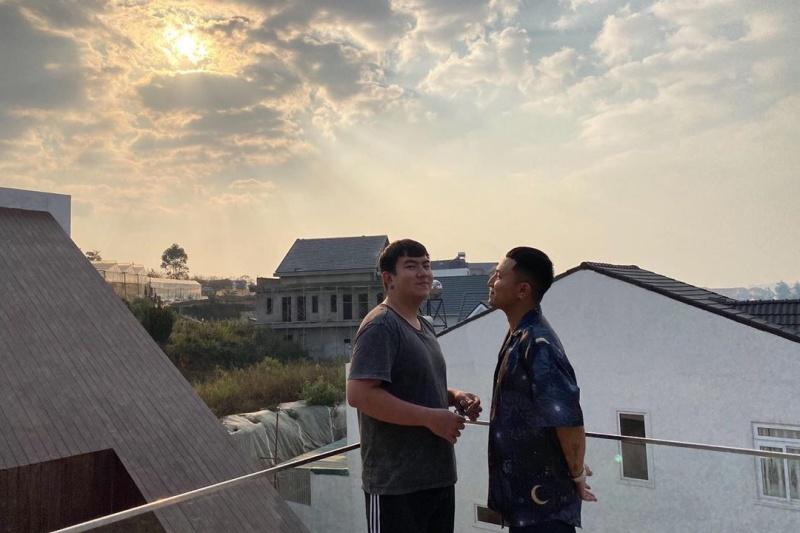 Nhạc sĩ Quốc Thiên cũng đã có mặt tại ngôi nhà của Tóc Tiên ở Đà Lạt, tất cả đã sẵn sàng để dự hôn lễ của cặp đôi ngày mai?