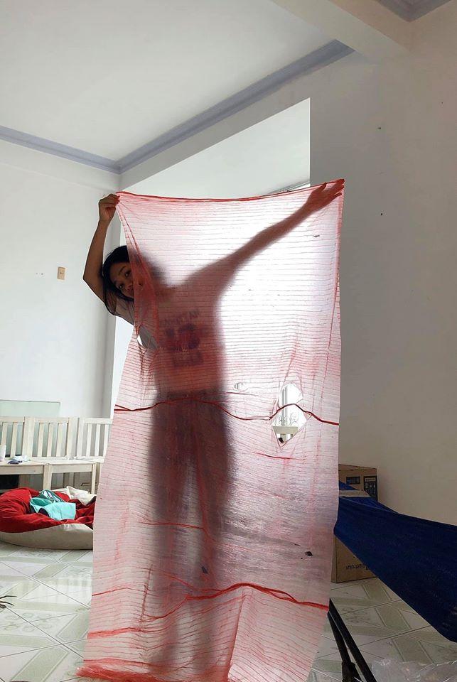 Hí hửng mua cua 'xịn' về tẩm bổ, khách hàng được 'khuyến mãi' mảnh vải siêu to khổng lồ 2