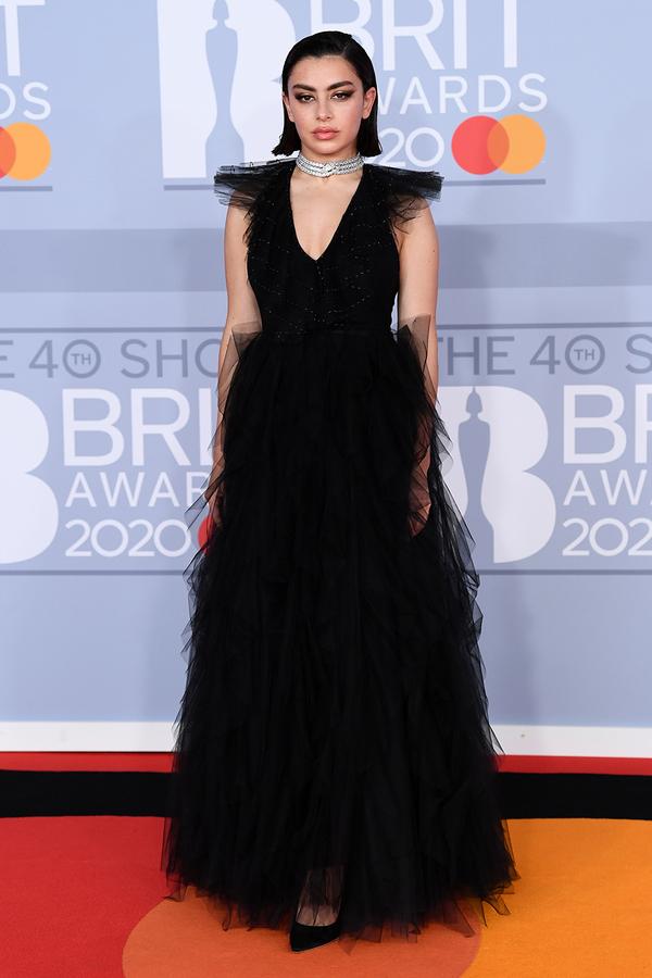 Charli XCX chọn tông màu đen tuyền đến dự lễ trao giải. So với hình ảnh thường nổi loạnthấy của cô nàng thì lần này Charli dịu dàng, nữ tínhđến lạ.