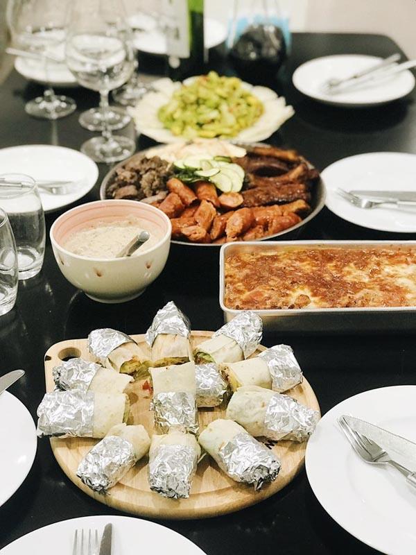 Bữa nhậu kiểu Mexico: thịt nướng tổng hợp, burrito cuộn cheese, salad quả bơ Guacamole kèm Tora, lasagna bỏ lò.