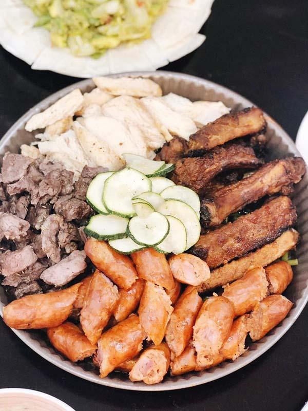 Thịt nướng: diềm bò, sườn, ức gà, xúc xích Klobasa.