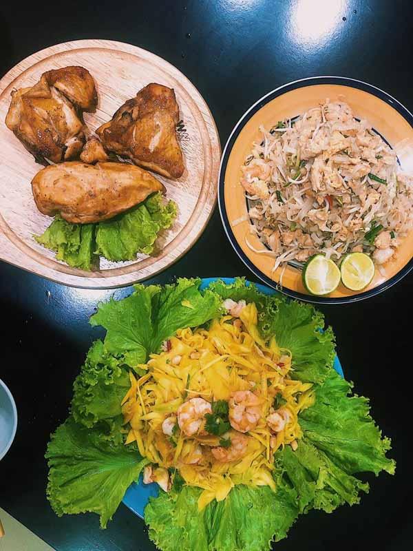 Bữa nhậu kiểu Tháigồm gỏi xoài tôm, pad Thái, gà nướng Thái.