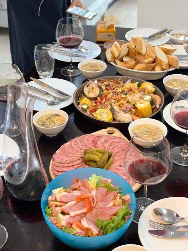 Salad lườn ngỗng, chân giò hun khói, khay hải sản sốt Thái, uống cùng Bordeaux đỏ.