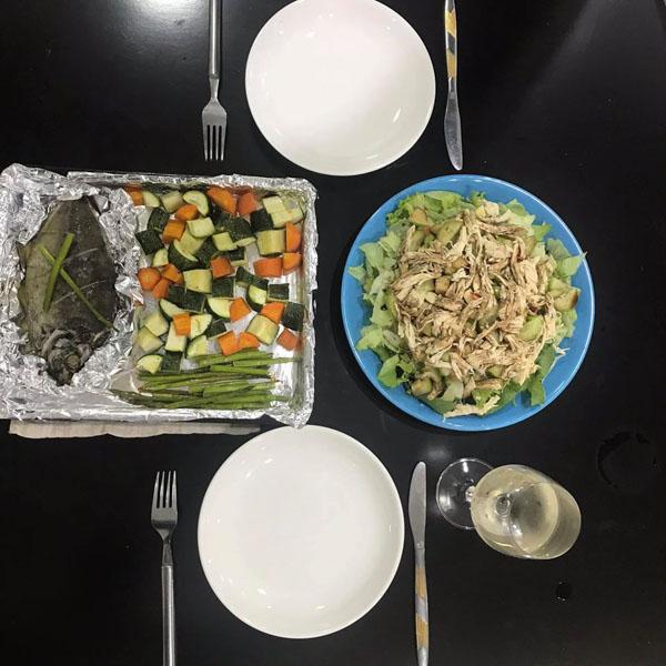 Bữa tối healthy: cá nướng măng tây rau củ, salad ức gà balsamic.